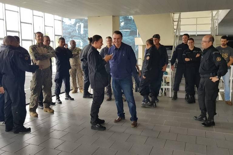 Bolsonaro, ao centro, conversa com membros do Bope
