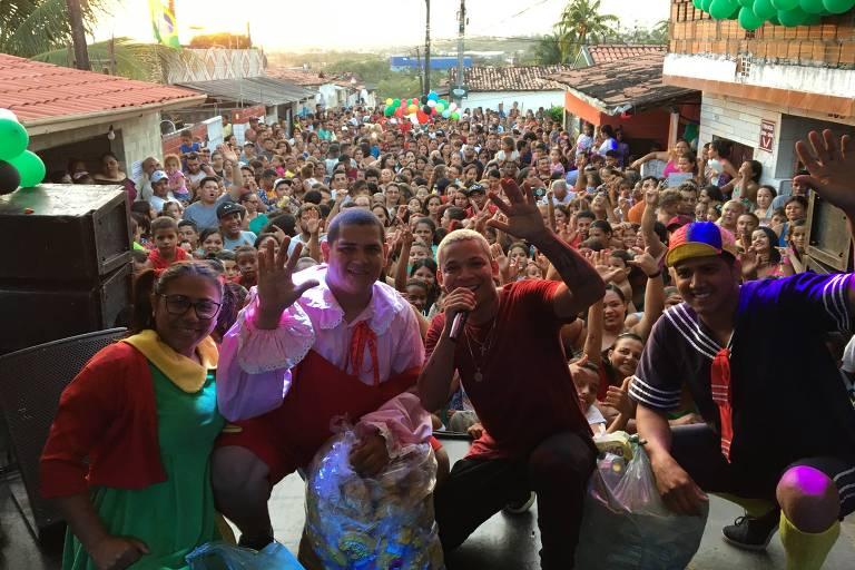 Aldair Playboy doa brinquedos e faz a alegria de crianças do bairro onde nasceu na Paraíba, no Dia das Crianças