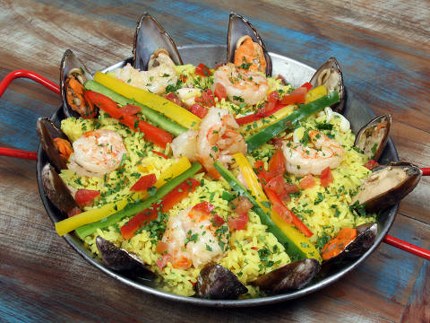Paella servida no restaurante Ilha dos Camarões, na região de Santo Amaro
