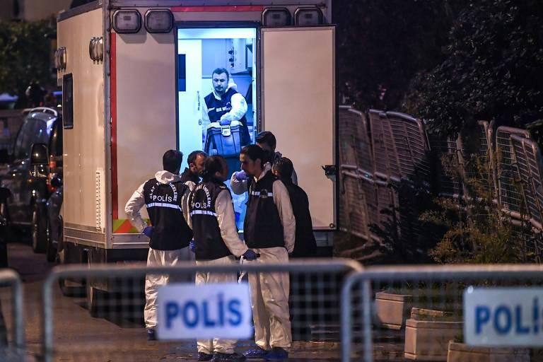 Agentes turcos se preparam para entrar no consulado saudita em Istambul, último lugar que Khashoggi foi visto