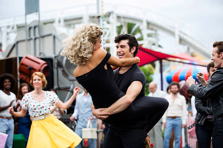 "Atores George Xanthis e Delta Goodrem interpretam cena do filme ""Grease"""