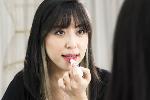 SAO PAULO, SP, 27.09.2018, 18h: Foto de Cindy Oh,  maquiadora especializada em coreanas que vive no Bom Retiro, com seus produtos. (Foto: Rafael Roncato/Folhapress, CIENCIA, SAUDE E EQUILIBRIO) ***EXCLUSIVO FOLHA***