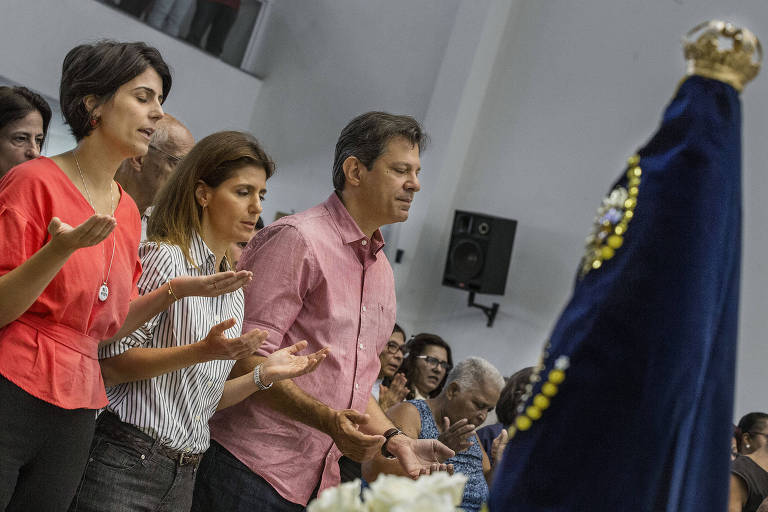 O presidenciável do PT, Fernando Haddad, a vice Manuela D'Ávila e a esposa do petista, Ana Estela, em missa no dia de Nossa Senhora Aparecida