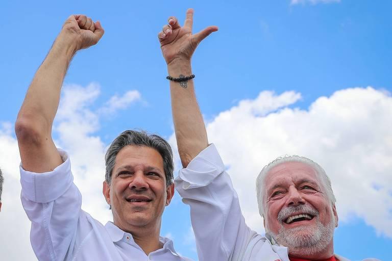 Fernando Haddad e Jaques Wagner, durante visita a Feira de Santana (BA)