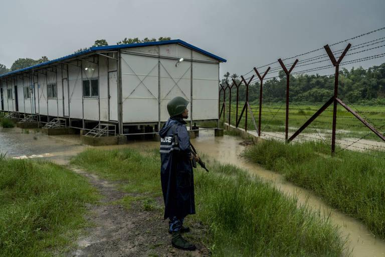 Um policial de Mianmar em frente a um posto de segurança na cidade de Maungdaw