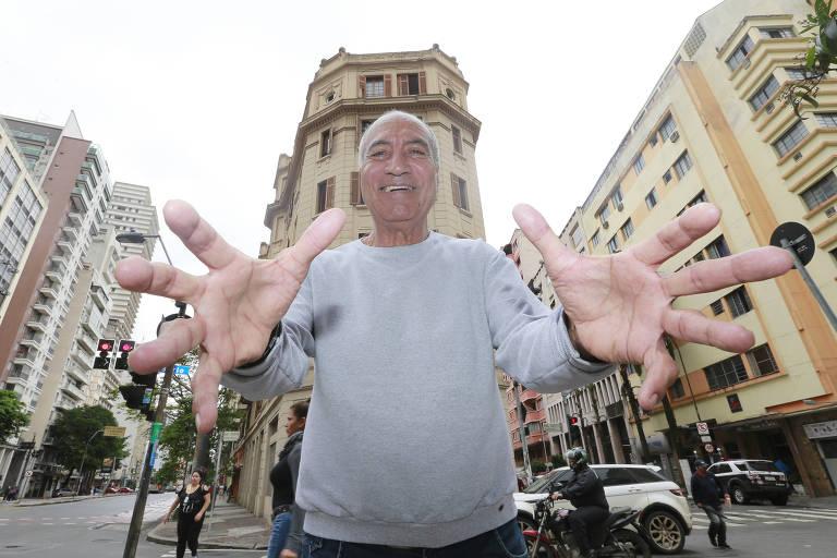 O ex-goleiro Tobias, um dos heróis do título paulista de 1977, faz um trabalho social juntos aos idosos do centro da cidade