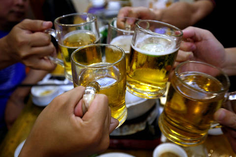 FILE PHOTO: People drink beer in a restaurant in Hanoi, Vietnam, April 17, 2017. REUTERS/Kham/File Photo ORG XMIT: HFS-TOR291