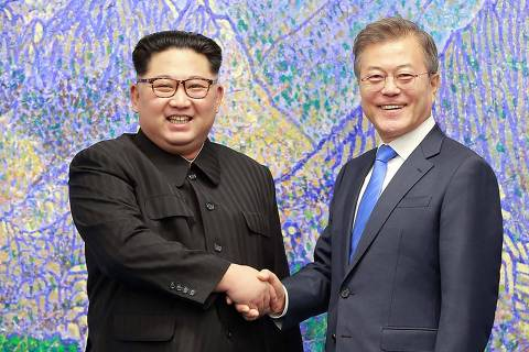 This picture taken on April 27, 2018 and released from North Korea's official Korean Central News Agency (KCNA) on April 29, 2018 shows North Korea's leader Kim Jong Un (L) shaking hands with South Korea's President Moon Jae-in (R) during the Inter-Korean summit in the Peace House building on the southern side of the truce village of Panmunjom. / AFP PHOTO / KCNA VIA KNS / STR /  - South Korea OUT / REPUBLIC OF KOREA OUT   ---EDITORS NOTE--- RESTRICTED TO EDITORIAL USE - MANDATORY CREDIT