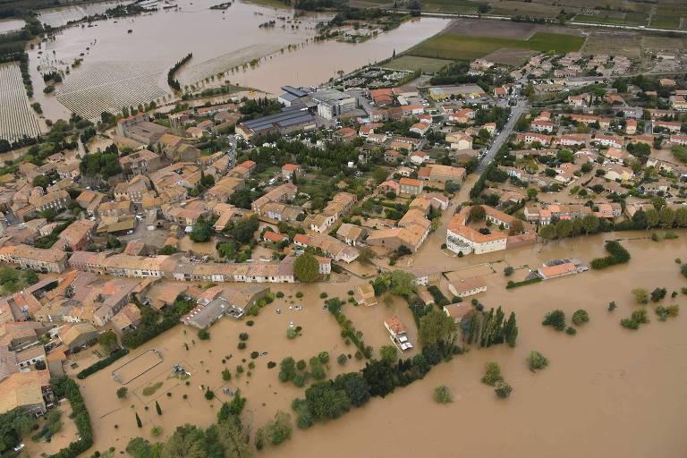 Cidade de Puichéric, próxima a Carcassone, ficou inundada após as chuvas que atingiram o sul da França