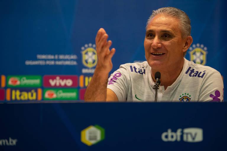 Tite gesticula durante entrevista na véspera do amistoso da seleção brasileira contra a Argentina