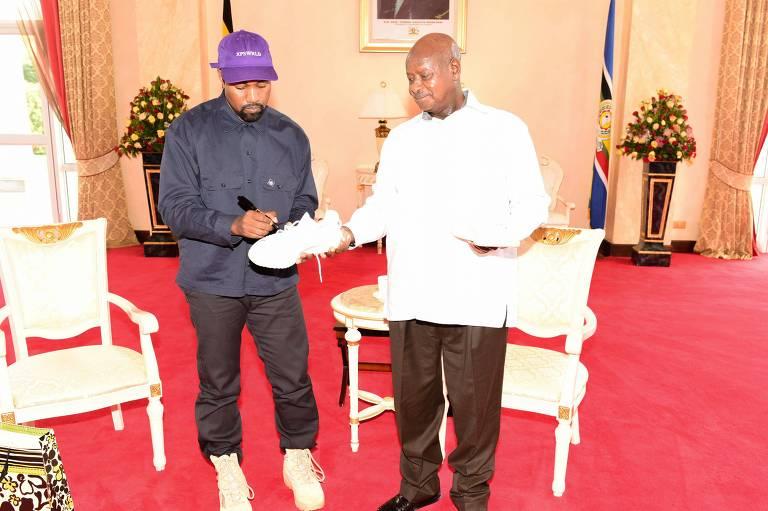 Kanye West autografa tênis ao lado do presidente de Uganda, Yoweri Museveni, em Entebbe