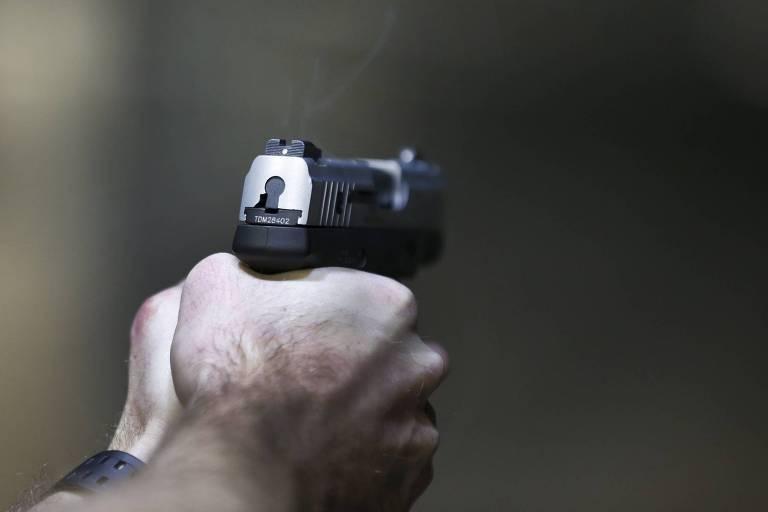 Homem empunha uma pistola Taurus Millenium, de 9mm