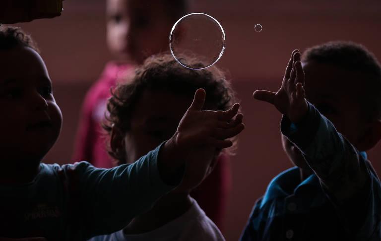 Crianças brincam em creche na cidade de SP