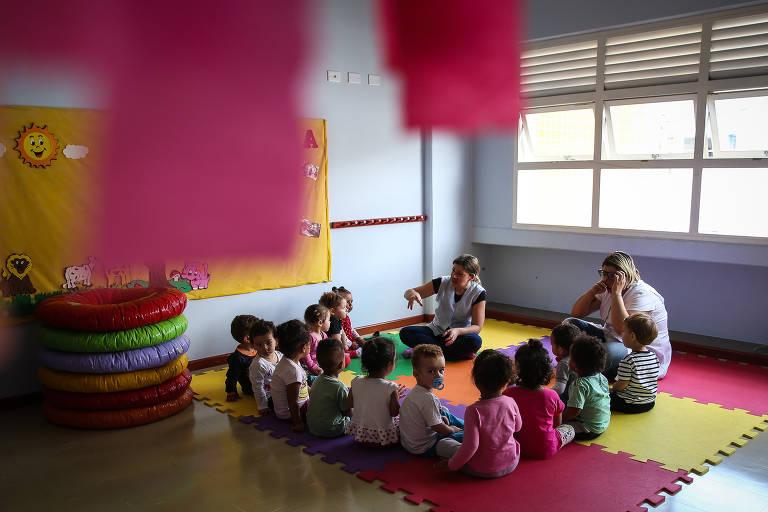 Professoras dão aula para turma de crianças na creche Kandinsky, no Sacomã, zona sul de São Paulo