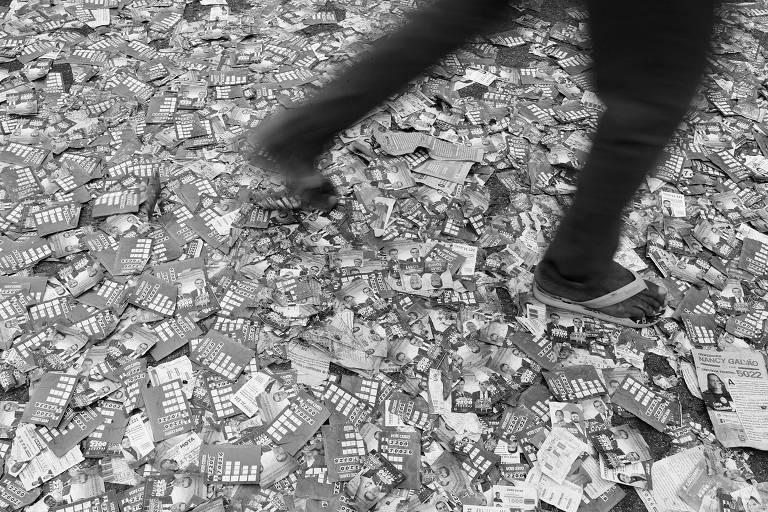 Em São Paulo, santinhos espalhados pelo chão no dia do primeiro turno das eleições deste ano
