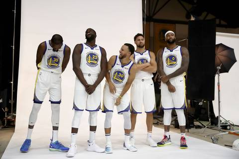 OAKLAND, CA - SEPTEMBER 24: (L-R) Kevin Durant #35, Draymond Green #23, Stephen Curry #30, Klay Thompson #11, and DeMarcus Cousins #0 of the Golden State Warriors pose for a group picture during the Golden State Warriors media day on September 24, 2018 in Oakland, California.   Ezra Shaw/Getty Images/AFP