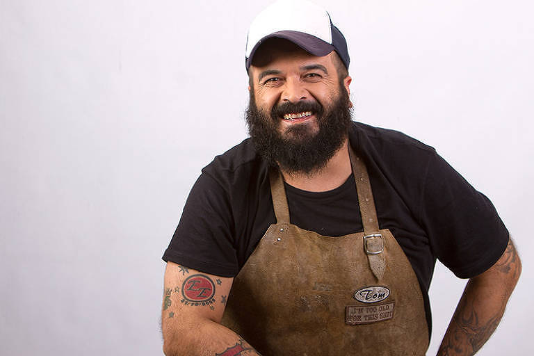 O brasileiro Tom Silva, 46, é um dos competidos do programa Desafio Sob Fogo