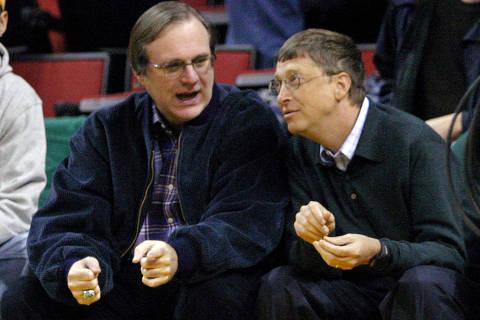 (181015) -- SEATTLE, octubre 15, 2018 (Xinhua) -- Imagen de archivo del 5 de enero de 2004 de Paul Allen (i), cofundador de la empresa Microsoft, conversando con Bill Gates (d), el cofundador y entonces director ejecutivo de la empresa, durante un partido de baloncesto, en Seattle, en el estado de Washington, Estados Unidos. De acuerdo con información de la prensa local, el cofundador de Microsoft, Paul Allen, falleció el lunes a los 65 años de edad. (Xinhua/Barry Sweet/ZUMAPRESS) (rtg) (ce)