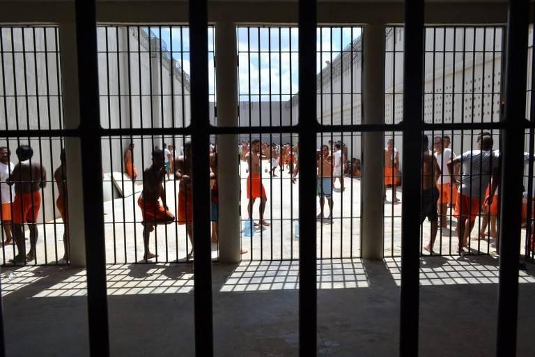 Presos tomam banho de sol em unidade de Itaitinga (CE)