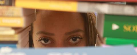 GUARULHOS, SP, 04/10/2018, BRASIL - ESTUDANTES DEIXAM DE ESTUDAR EM DECORRENCIA DA VIOLENCIA DOMESTICA- 10:57:05 - Na  Escola Estadual Haroldo Veloso, em Guarulhos (Grande SP), ha varias vitimas que deixaram de estudar por conta de violencia domestica. Leticia Rocha de Jesus posa para foto na biblioteca da escola. (Rivaldo Gomes/Folhapress, ESPECIAL) - ***EXCLUSIVO AGORA*** EMBARGADA PARA VEICULOS ONLINE***UOL, FOLHAPRESS E FO LHA.COM CONSULTAR FOTOGRAFIA DO AGORA***FONES 32242169 E 32243342***