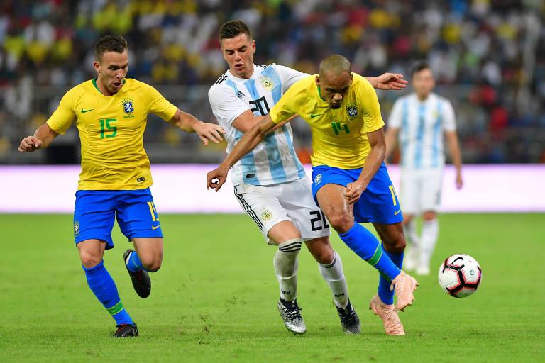 Fabinho ganha disputa de bola, observado por Arthur durante o segundo tempo em Jedá