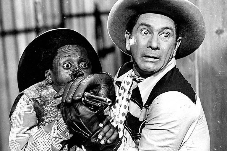 """os atores Grande Otelo (à esq.) e Oscarito em cena do filme """"Matar ou Correr"""", chanchada de Carlos Manga de 1954. (Divulgação)"""