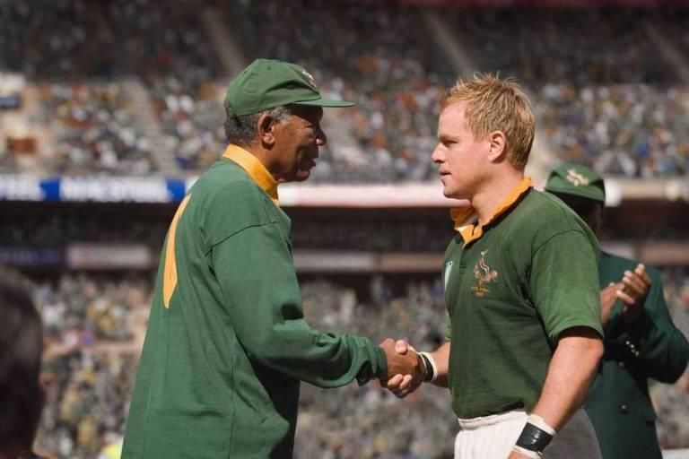 """O ator Morgan Freeman (à esquerda), no papel de Nelson Mandela, e o ator Matt Damon, no papel de François Pienaar, em cena do filme """"Invictus"""", dirigido por Clint Eastwood"""