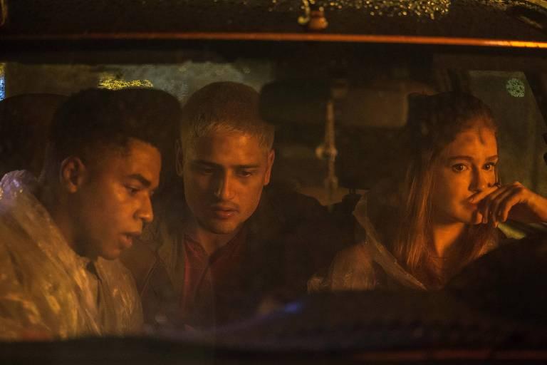 "Os atores Sidney Santiago, Daniel Rocha e Marina Ruy Barbosa durante filmagem de ""Sequestro Relâmpago"", novo filme de Tata Amaral"