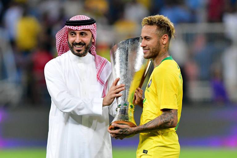 Neymar recebe de autoridade saudita o troféu pela conquista do torneio Superclásico, disputado no país contra a seleção local e com a presença da Argentina
