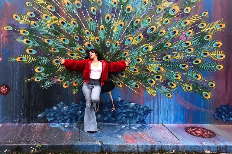 Camila Cabello posa diante de grafite no Beco do Batman, na Vila Madalena, capital paulista
