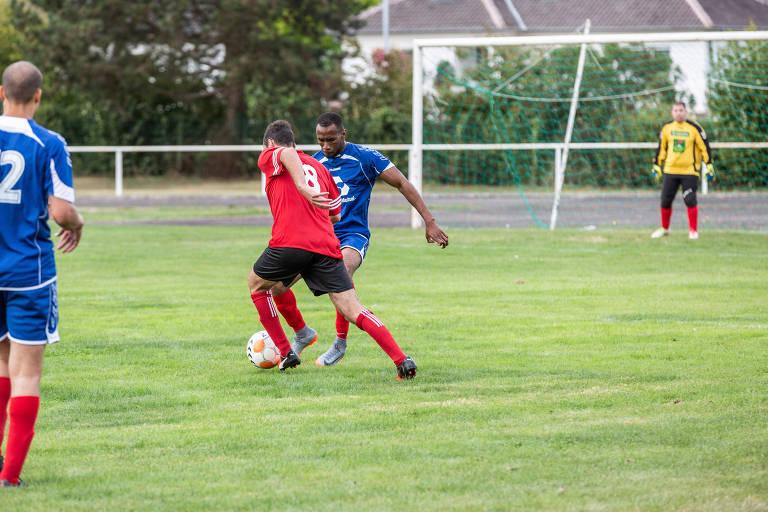 Sissoko durante partida de liga amadora em Estrasburgo, meses depois de ter sido agredido em campo