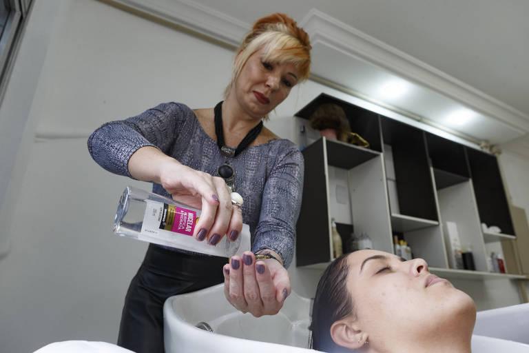 A cabeleireira Wanda Alves usa xampu com fórmula micelar em cliente