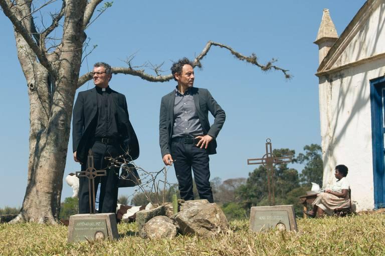 """Padre Miguel (Marcelo Airoldi) e Carlo (Emílio de Mello) em cena da série """"Psi"""", da HBO"""