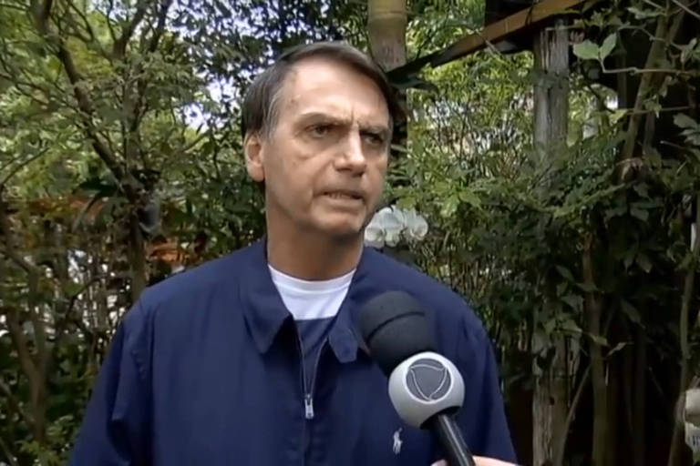 Para esconder bolsa de colostomia, Bolsonaro muda figurino
