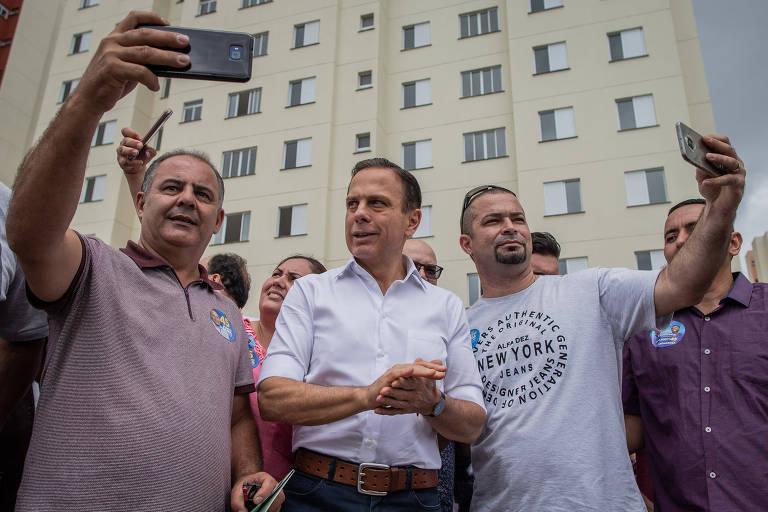 O candidato ao Governo de São Paulo João Doria (PSDB) faz campanha em conjunto habitacional, na zona leste de São Paulo, nesta quarta (17)