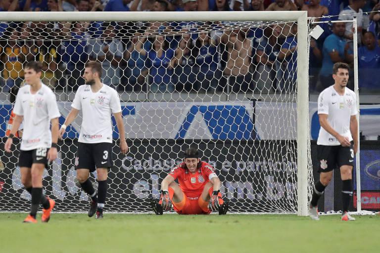 Jogadores do Corinthians lamentam gol sofrido contra o Cruzeiro no primeiro jogo da final da Copa do Brasil
