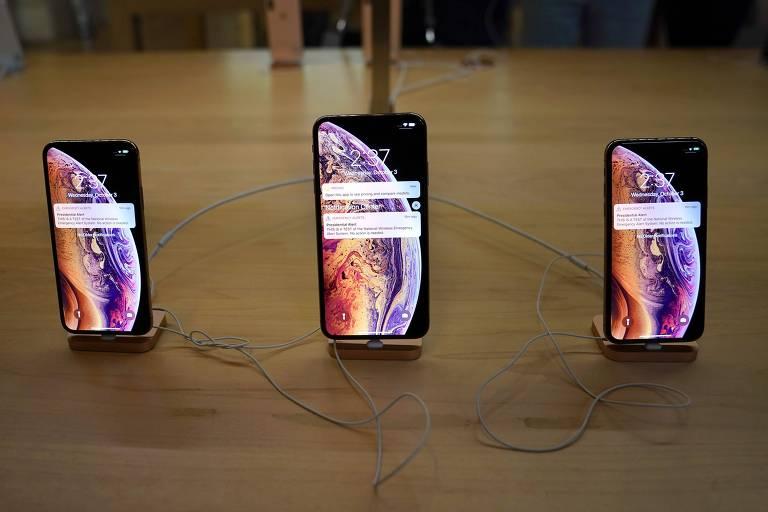 Três celulares da Apple