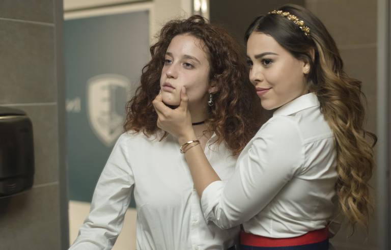 """Danna Paola e María Pedraza em cena da série """"Elite"""""""