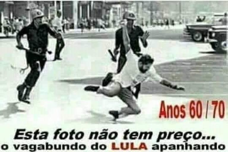 Foto em preto e branco. Dois policiais com cassetetes na mão correm atrás de um manifestante, que cai no chão