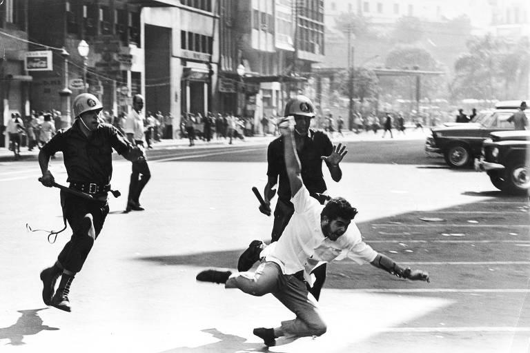 Foto original tirada em 1968, estudante foge de policiais em manifestação na Cinelândia, Rio