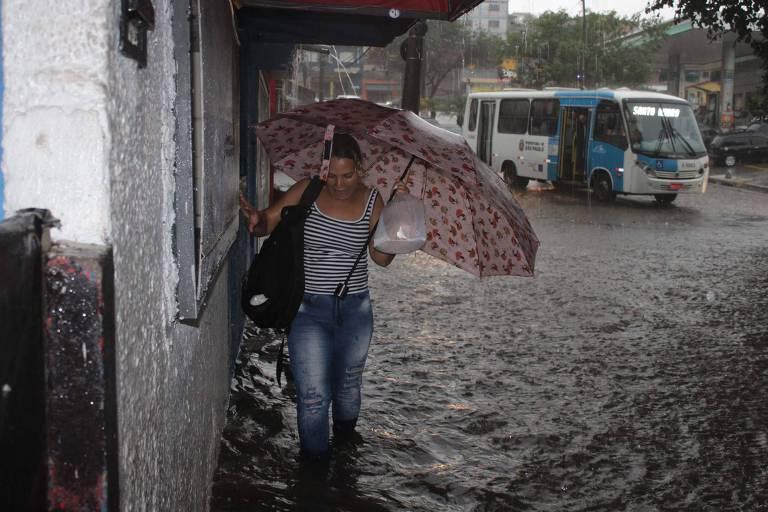 Chuva causa pontos de alagamento no Jardim Consórcio, em São Paulo