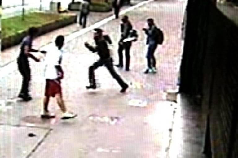 Imagem mostra momento em que jovem agredido com lâmpada fluorescente no rosto reage