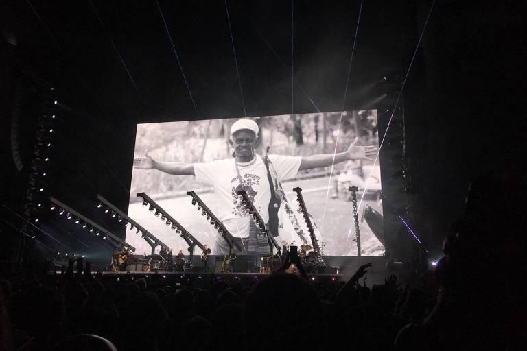 Roger Waters faz homenagem a Moa do Katendê em show em Salvador, nesta quarta (17)
