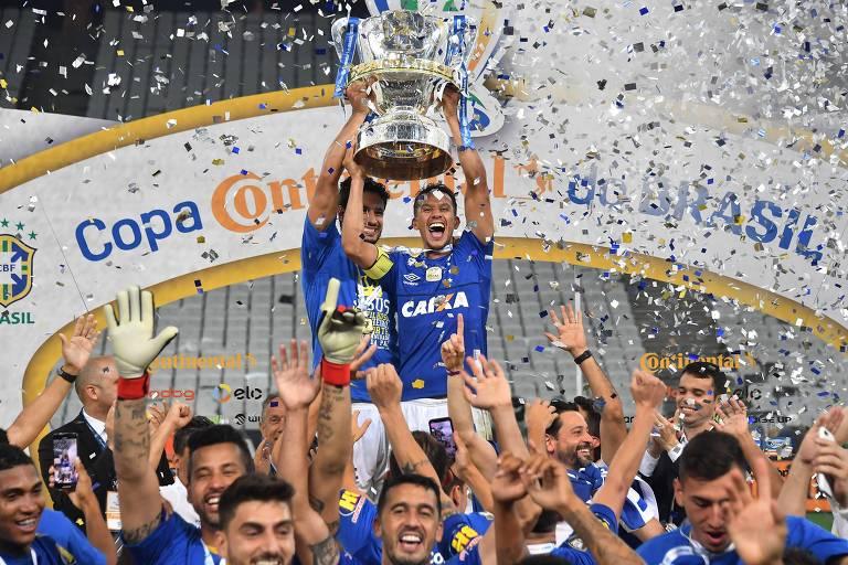Henrique, capitão do Cruzeiro, levanta a taça de campeão da Copa do Brasil de 2018
