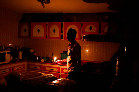 Americo Fernandez uses a candle to illuminate the kitchen at his home during a blackout in Maracaibo, Venezuela July 25, 2018. Picture taken July 25, 2018. REUTERS/Marco Bello ORG XMIT: HFS-MAB113