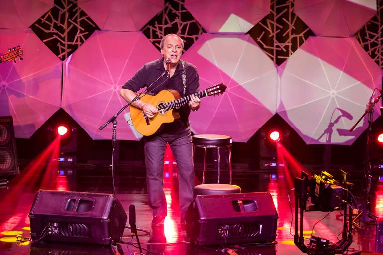 Toquinho no palco tocando violão