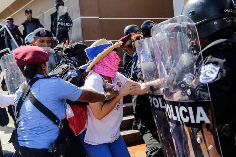 Mulher é presa pela polícia durante protesto em Manágua