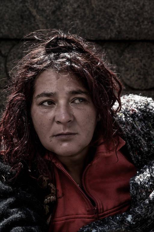 Retrato de Joelma, que dorme na rua. Ela é ruiva e olha para a esquerda.
