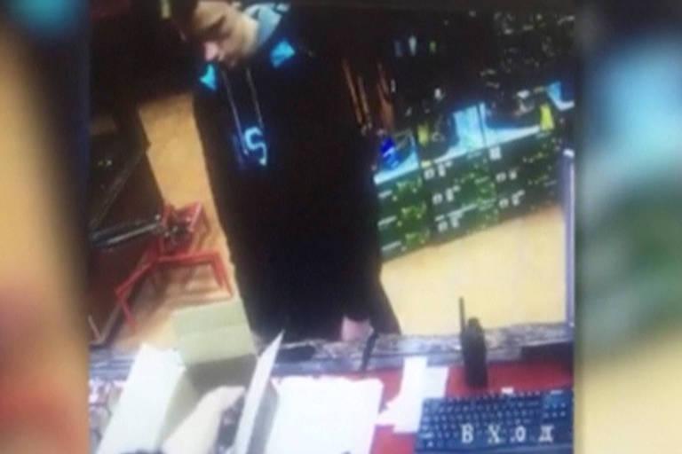 Foto de câmera de segurança supostamente mostra Vladislav Rosliakov, autor do massacre na escola de Kerch, na Crimeia, comprando munição em uma loja