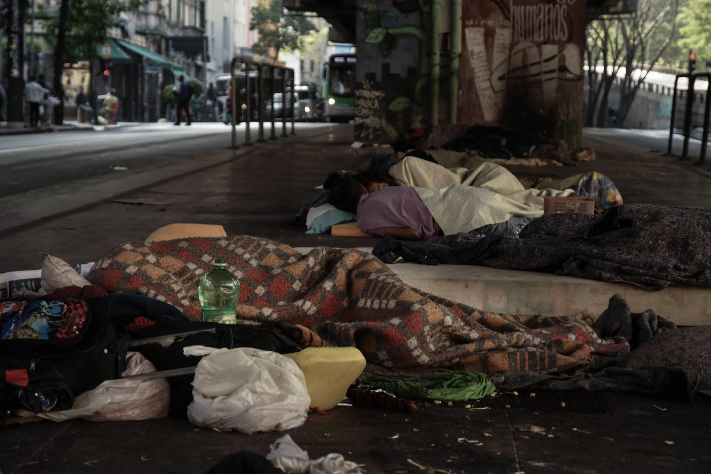 A moradora de rua Jaqueline Rodrigues Borges, 41, vive embaixo do Elevado Presidente João Goulart